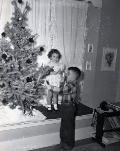 img790_quincy-johnston_dec-1949_commercial-of-children-in-home